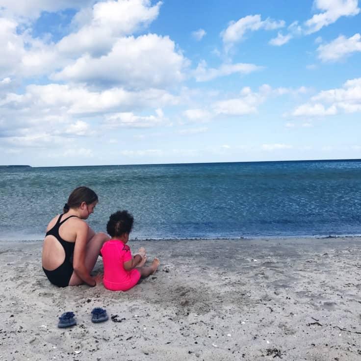 Søsterhygge, feriestemning og løftet pegefinger