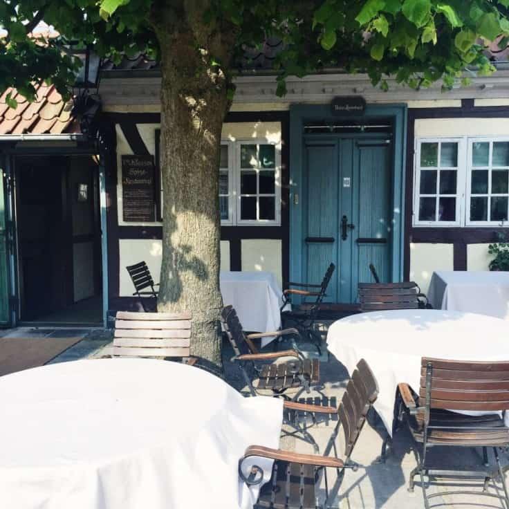 Facade hos restaurant under lindetræet