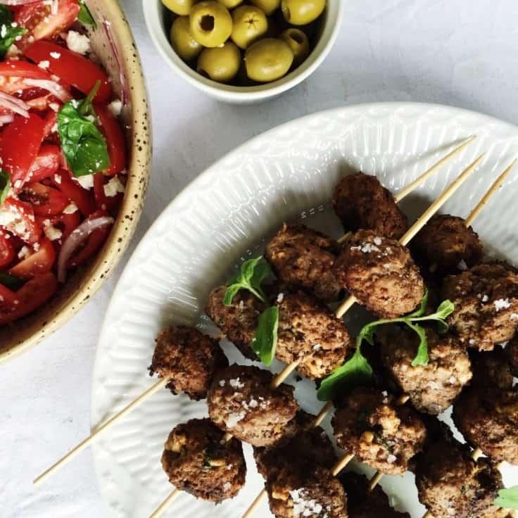 Græske kødboller med tomatsalat