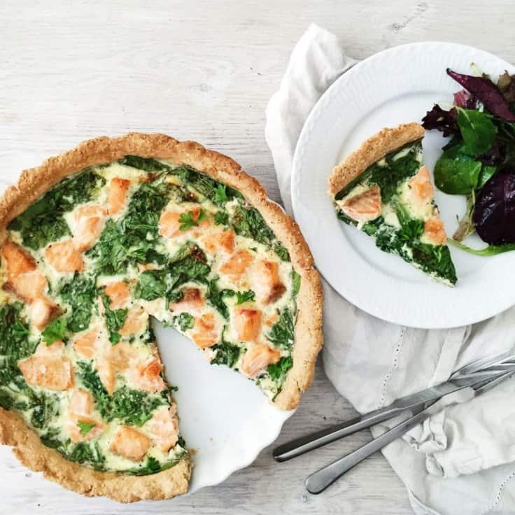 Laksetærte med spinat og havreklid
