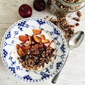 Hjemmelavet granola med kanel og dadler