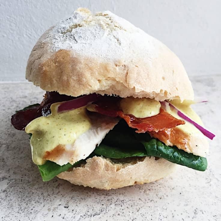 Clubsandwich med kylling, bacon og karrydressing