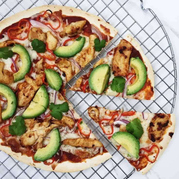 Tortilla pizza med kylling og avokado