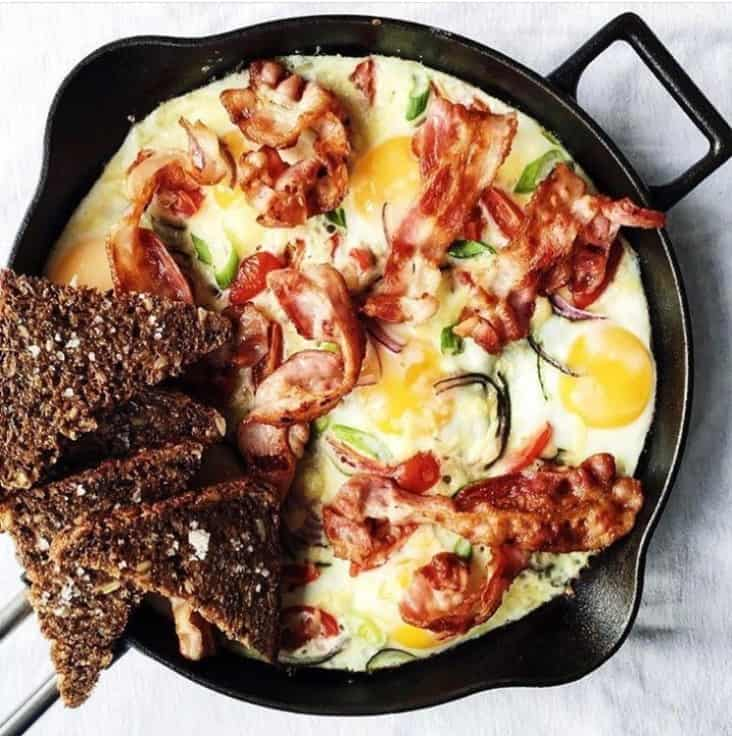 Omelet af spejlæg, urter og bacon