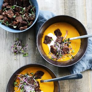 Rugbrøds croutoner og hokkaidosuppe