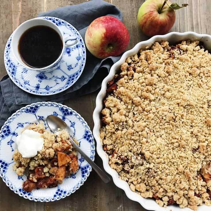 Æblecrumble kage med kanel