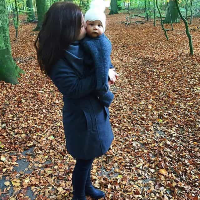Nybagt mor med en lillebitte spilopmager  for to rhellip