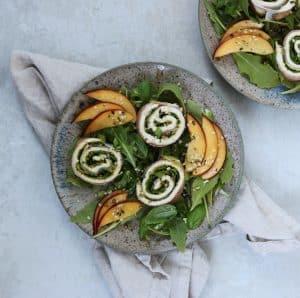 Parmaskinkeruller på sprød salat