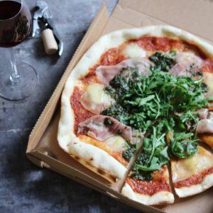 Italiensk pizza og rødvin