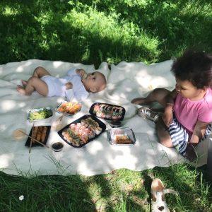 Børn spiser sushi udenfor