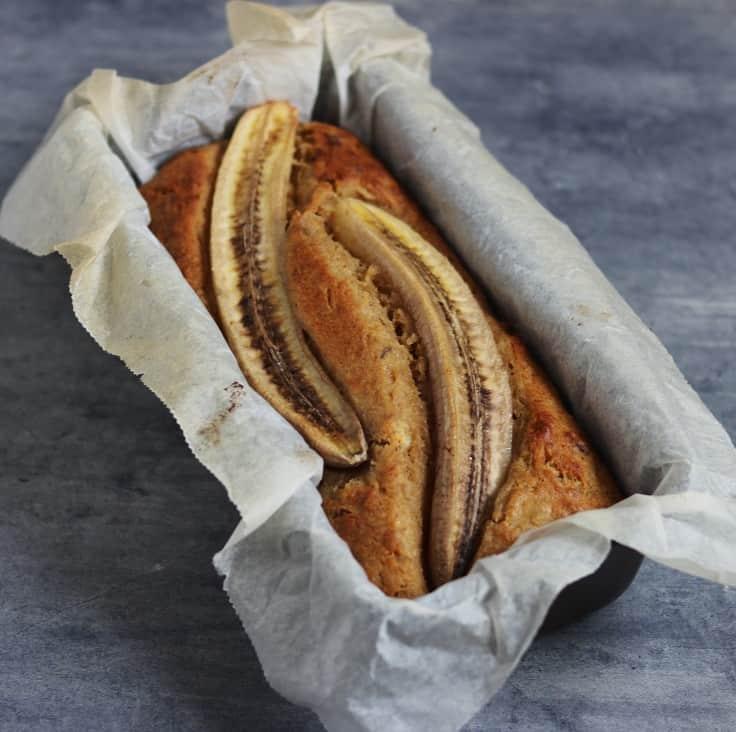 Bananbrød med hasselnødder og æg
