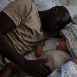 Sovende far og søn