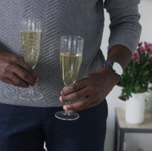 Mand med champagne glas