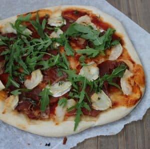 Hjemmelavet pizza med gedeost