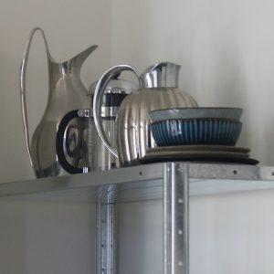 Stålreol i køkken