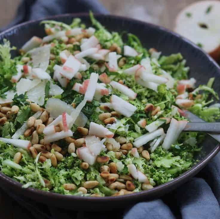 Salat med broccoli, spidskål og pinjekerner