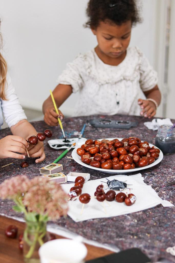 Børneaktivitet med kastanjer