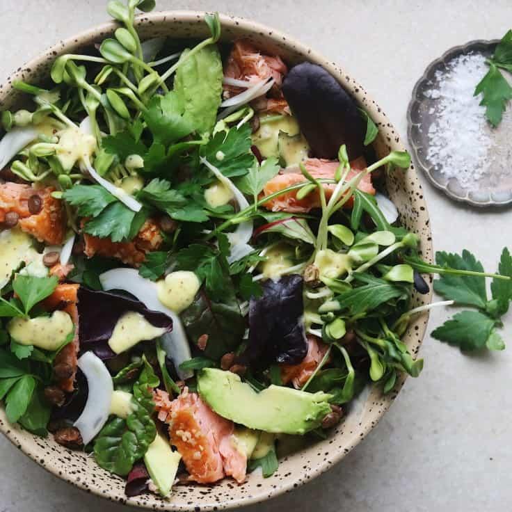 Salat med varmrøget laks og sennepsdressing