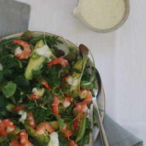 Salat med rejer og yoghurt dressing