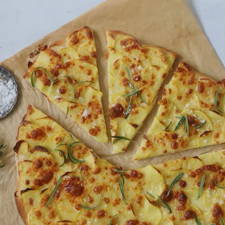 Kartoffelpizza med rosmarin og mozzarella