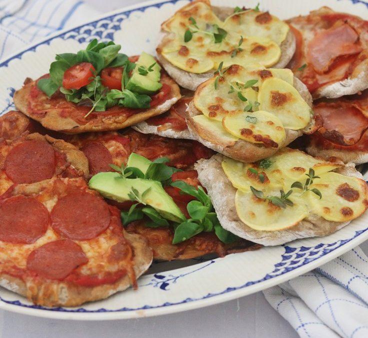 Minipizzaer med kød og grøntsager