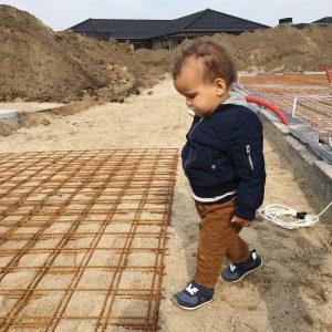 barn på byggeplads