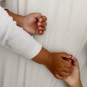 Søskende der holder i hånden