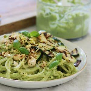 Spaghetti med cashewpesto og avokado