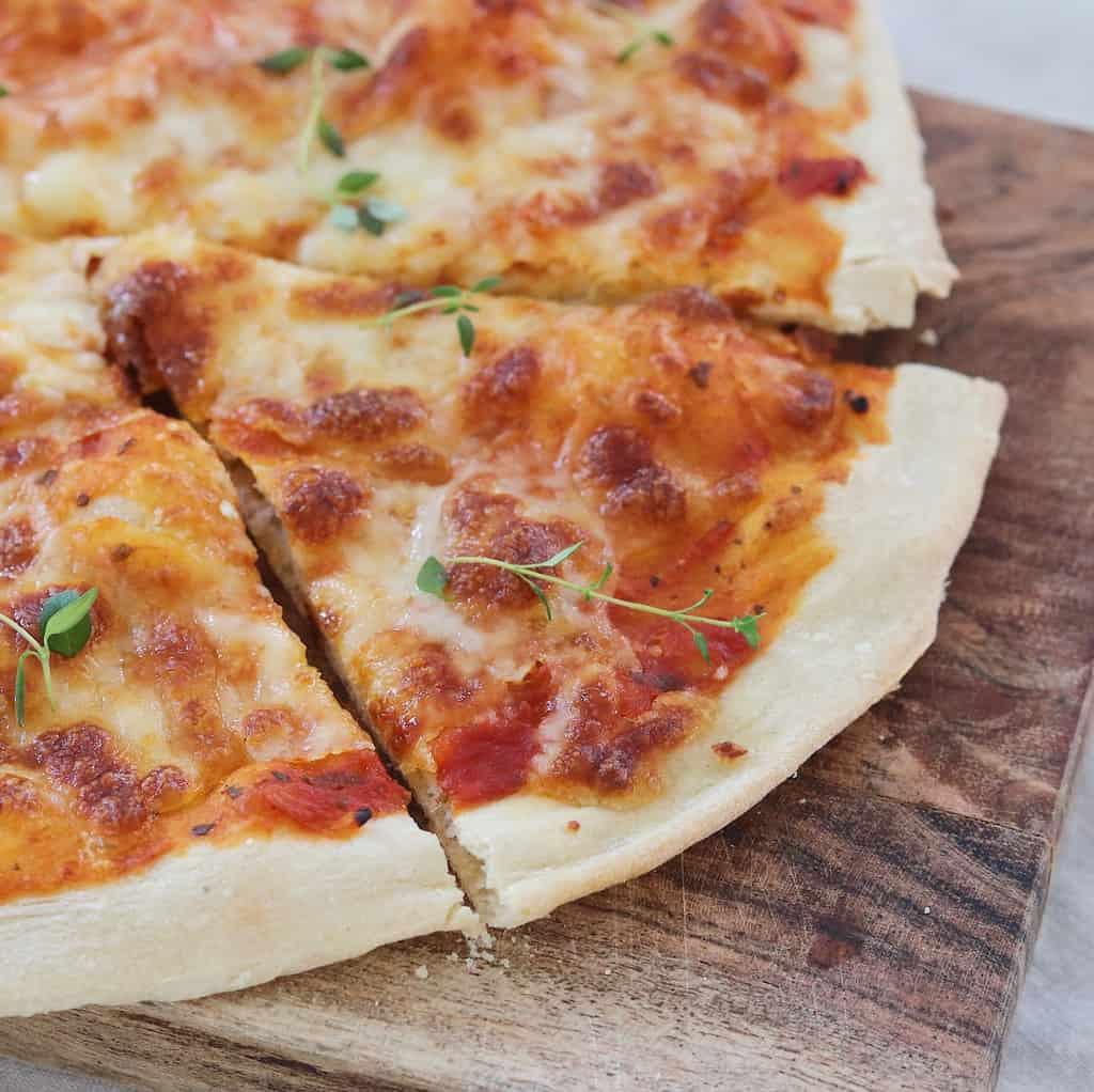 Pizza margherita med mozzarellaost
