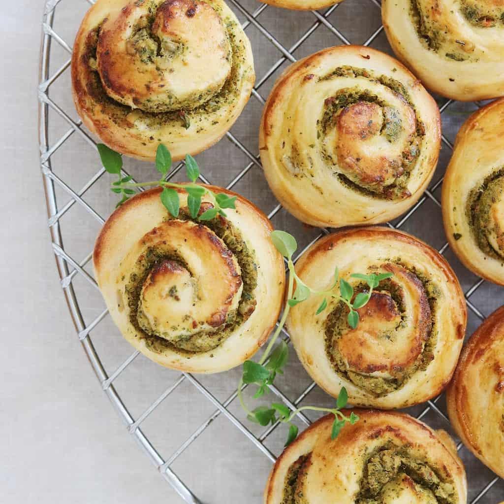 Brødsnegle med pesto og solsikkekerner