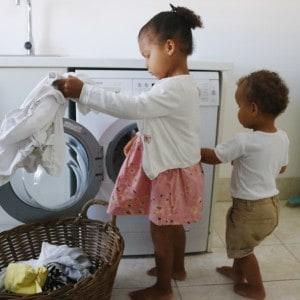 Børn vasker tøj