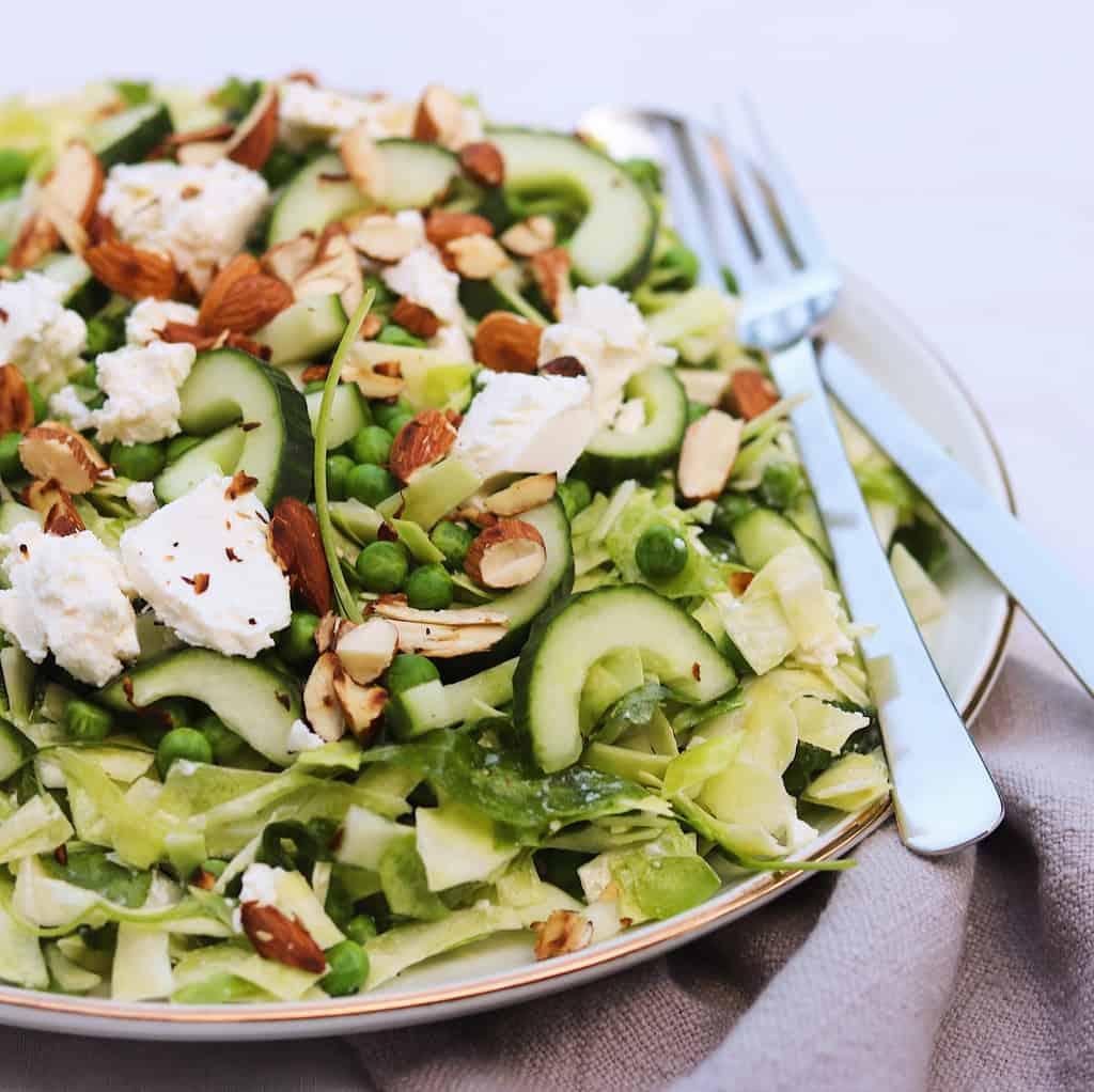 Salat med ærter, avokado og spidskål