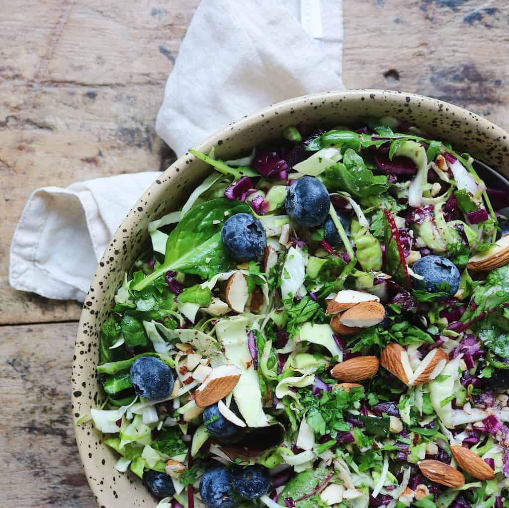 Kålsalat med blåbær og nødder
