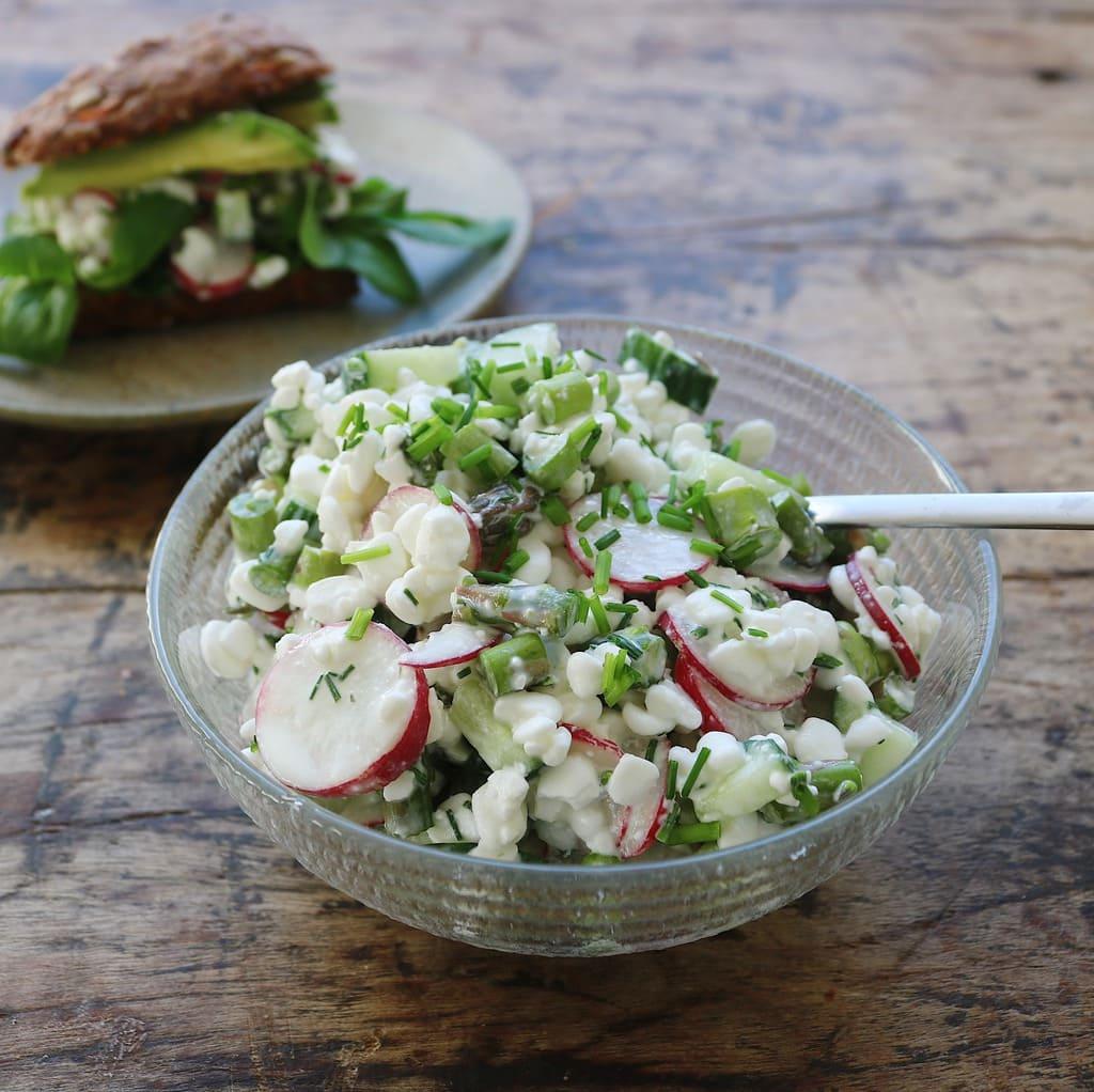 Hytteost salat med agurk og radisser