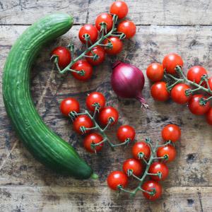 Agurk, tomat og rødløg