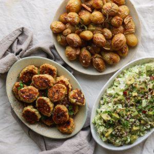 Kyllingefrikadeller med kartofler og salat