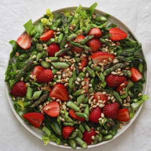 Salat med jordbær og pinjekerner